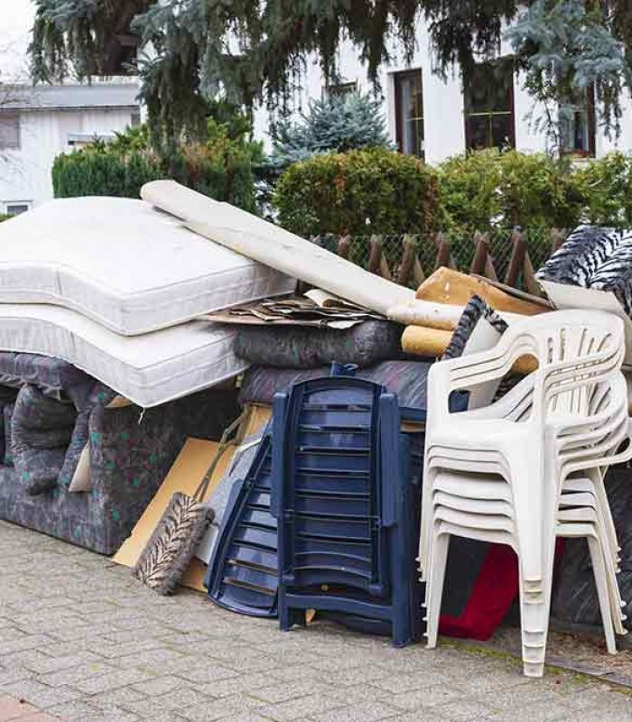 Sperrmuell aus einer Wohnungs-Entrümpelung am Strassenrand
