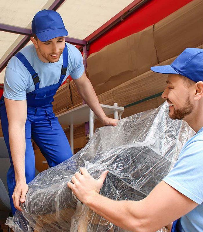 Umzug: Umzugshelfer, die Möbel vom LKW nehmen